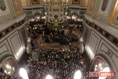 В Храме Христа Спасителя яблоку негде упасть. Фото: lifenews.ru