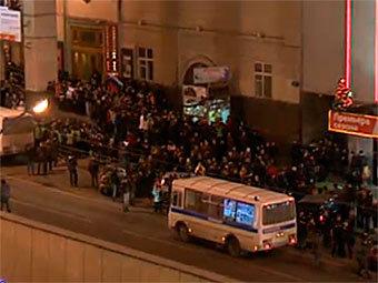 Протестующие на Триумфальной площади в Москве. Кадр из видеотрансляции на сайте РАПСИ
