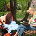 Молодая мама с коляской. Фото: yamolodayamama.ru