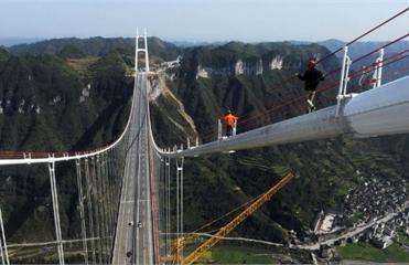 Длина пролета подвесного моста Айчжай достигает 1176 метров  Фото: EPA/ИТАР-ТАСС
