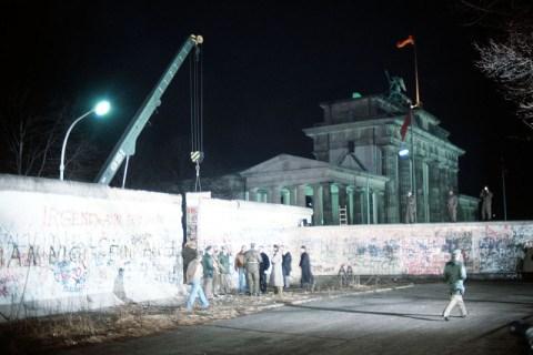 Кран демонтирует участок Берлинской стены в декабре 1989 года. Фото: Википедия