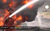 Нигерийский пожарный ликвидирует пожар на нефтепроводе. Кадр Euronews