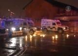 Полицейские машины заграждают путь протестующим в Белфасте. Кадр NTDTV