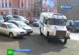 """Полицейский автобус с подсудимыми """"Приморскими Партизанами"""" подъезжает к зданию суда. Кадр НТВ"""