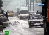 Водители пробиваются сквозь снег в Москве. Кадр НТВ
