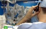 """Врач управляет хирургическим роботом """"Да Винчи"""". Кадр НТВ"""