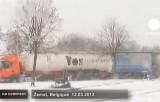 Грузовики не могут продолжить движение из-за снега в Бельгии. Кадр Euronews