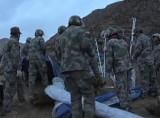 Китайские спасатели пытаются подать воздух выжившим шахтёрам. Кадр Euronews