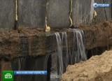 Вода течёт из трещины на старой плотине в Московской области. Кадр НТВ
