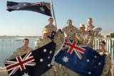 Австралийские военный с флагом своей страны. Фото: blackhive.net