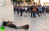 Бомж на улице в Португалии. Кадр RT