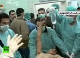 Врачи спасают жертву химического оружия в Сирии. Кадр RT