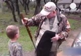 Американский мужчина дарит ребёнку оружие. Кадр Euronews