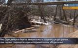 Разрушенные водой трубы и мост в Подмосковье. Кадр РИА Новости