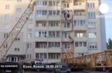 Упавший кран во дворе одной из кировских многоэтажек. Кадр Euronews / Ольга Быкова