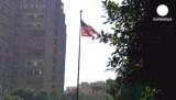 Флаг США рядом с посольством в Каире, Египет. Кадр Euronews