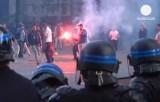 Массовые беспорядки футбольных фанатов в Париже. Кадр Euronews