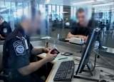Офицер миграционной службы США проверяет документы. Кадр RTVi