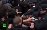 Драка на шествии антикапиталистов в Лондоне. Кадр RT