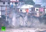 Большая вода разрушает дома в Индии. Кадр RT