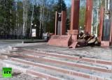 Разрушенный водителем-преступником мемориал в Ханты-Мансийске. Кадр RT