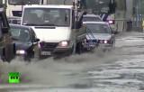 Машины едут по затопленной дороге. Кадр RT