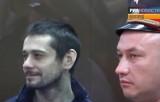 Белгородский стрелок Сергей Помазун и полицейский слушают приговор. Кадр РИА Новости