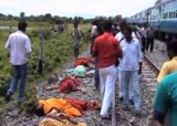 Раздавленные поездом паломники в Индии. Кадр NTDTV