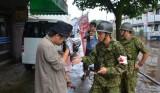 Военные эвакуируют жителей в Японии после сильных ливней. Фото: EPA