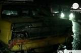 Обгоревшие и разбитые автомобили после автокатастрофы с участием автобуса в Иране. Кадр Euronews