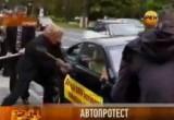 Недовольные немцы разбивают BMW X6 на улице в Берлине. Кадр РЕН-ТВ