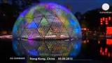 """Гигантский фонарь """"Восходящая Луна"""" в Гонконге. Кадр Euronews"""