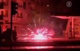 Протестующие в Турции обстреливают полицию фейерверками. Кадр NTDTV