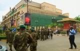 Кенийские солдаты идут в сторону ТЦ Westgate в Найроби. Кадр Euronews