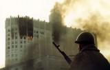 """Горящий """"Белый Дом"""" (Дом Советов) 2 октября 1993 года. Фото: nstarikov.ru"""