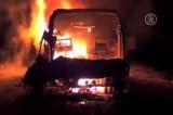 Автобус горит после столкновения с бензовозом в Андхра-Прадеш, Индия. Кадр NTDTV