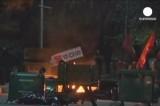 Демонстранты подожгли мусор в Анкаре. Кадр Euronews