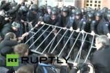Оппозиция атаковала здание мэрии в Киеве. Кадр RT