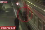 Пенсионерка проехала станцию на московской электричке, цепляясь снаружи за вагон. Кадр LifeNews