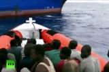 Лодка с мигрантами из Африки у берегов Италии. Кадр RT