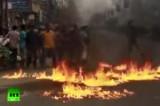Участники беспорядков поджигают горючее на улице в Дакке, Бангладеш. Кадр RT