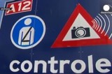 Щит, предупреждающий о наличии полицейского поста в Европе. Кадр Euronews