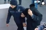 Обвиняемый в коррупции турецкий чиновник прячет лицо. Кадр Euronews