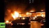 Пассажирский автобус сгорел у здания мэрии Омска. Кадр RT RUPTLY
