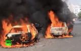 Участники беспорядков в Бангладеш жгли машины. Кадр RT