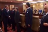 Премьер-министр Турции Эрдоган пожимает руки новым министрам. Кадр NTDTV