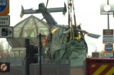 Подъём упавшего вертолёта с крыши паба в Глазго. Кадр Euronews