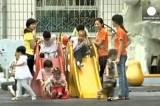 Маленькие китайцы на детской площадке. Кадр Euronews
