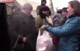 Виктория Нуланд с пакетом печенек на Майдане. Кадр LifeNews