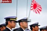 Японские военные на фоне национального флага. Кадр Pravda.ru